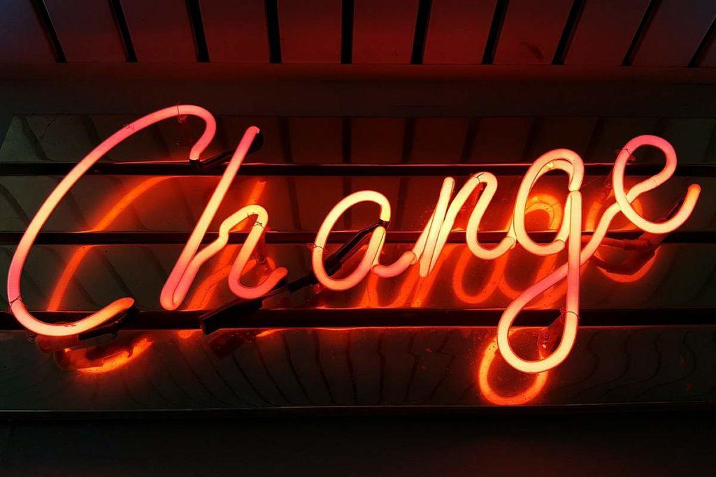 Foto von Neonschrift mit dem Wort 'Change'