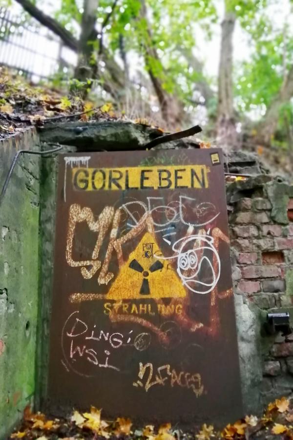 Photo mit Stahltür auf der vorsicht Strahlung und Gorleben steht