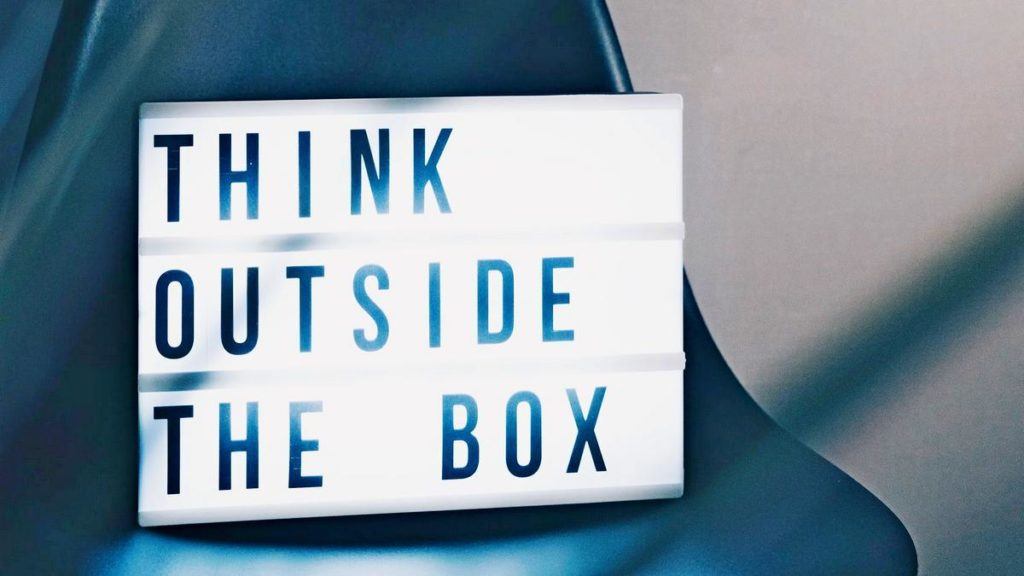 """Schild mit Text """"Think outside the box"""""""