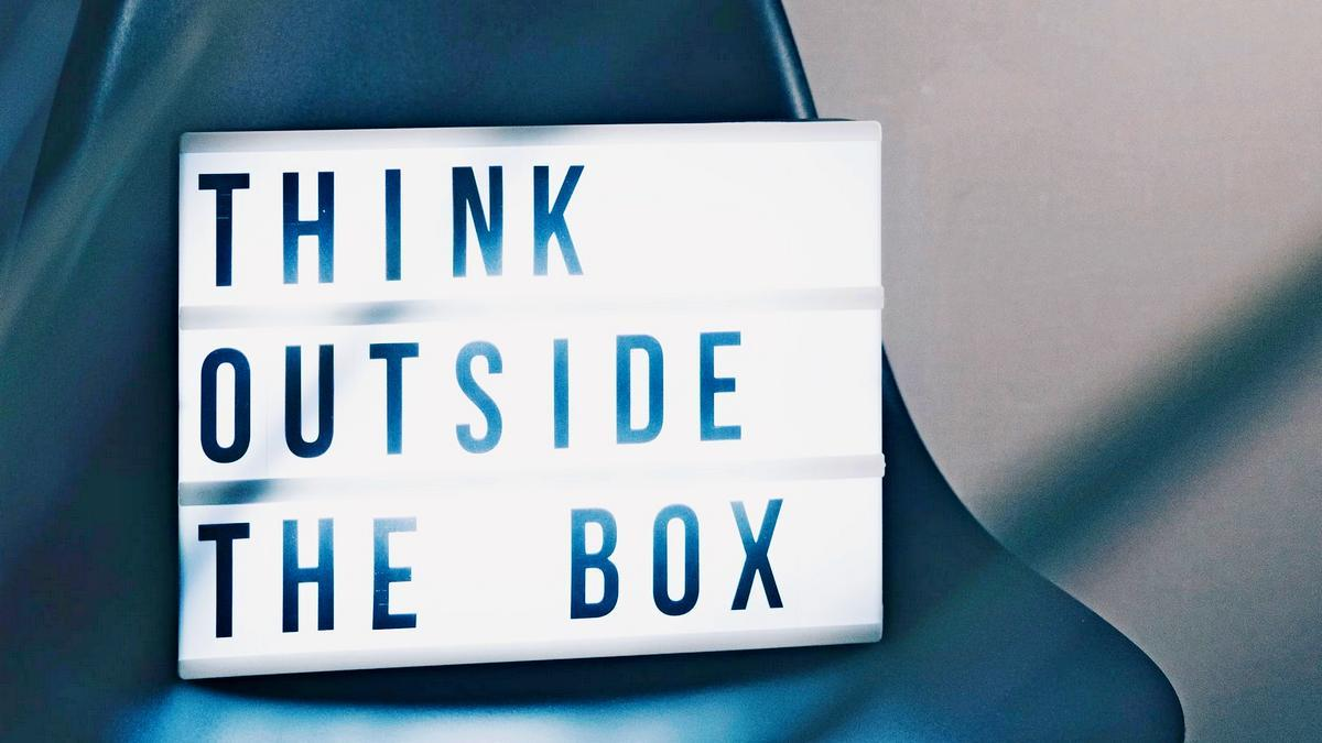 "Schild mit Text ""Think outside the box"""